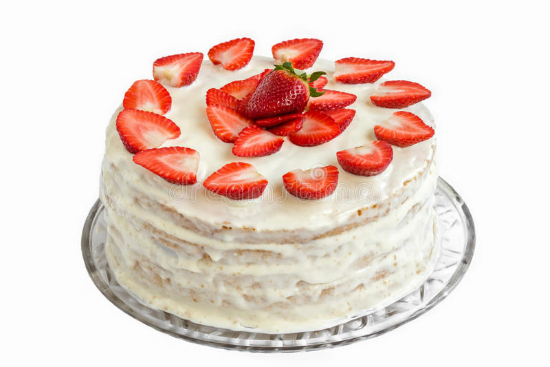 用蛋白色和明胶盖的被隔绝的白色草莓蛋糕在盘子 图库摄影