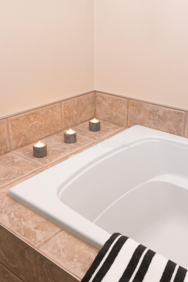用蜡烛光装饰的卫生间 免版税库存图片