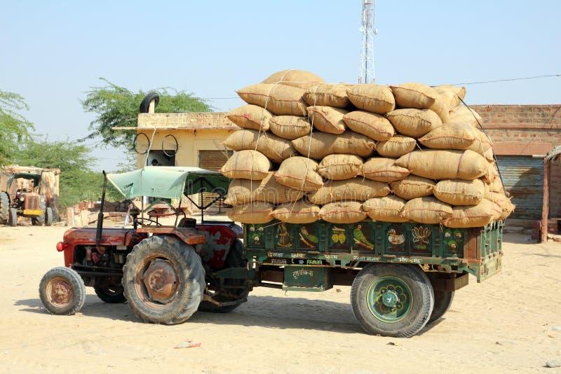 用袋子装载的拖拉机在印度 免版税库存图片