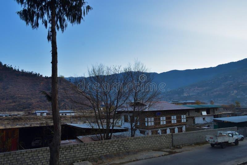 用被雕刻的木窗架装饰的五颜六色的传统不丹样式大厦在河在Paro,第二大附近 免版税库存照片