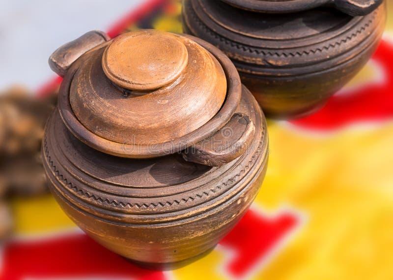 用装饰品报道的罐老黏土圆的盖帽褐色颜色 免版税库存照片