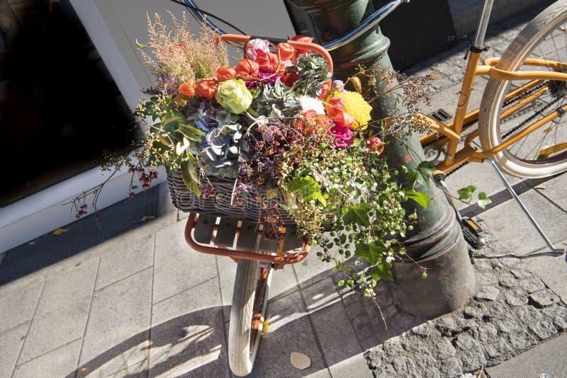用豪华的花装饰的自行车 免版税库存照片
