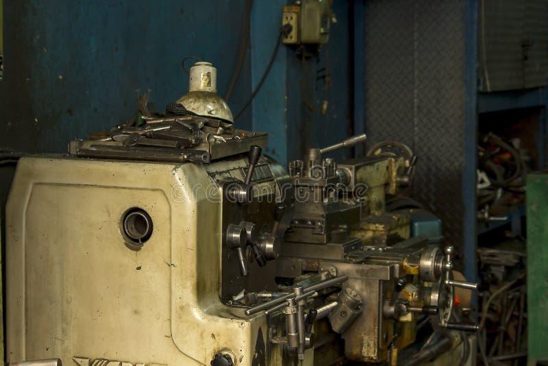 用车床加工车床钻井的机器能导致零件 免版税库存图片