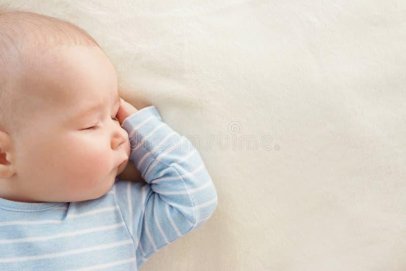 用软的白色毯子报道的婴孩睡觉 库存图片