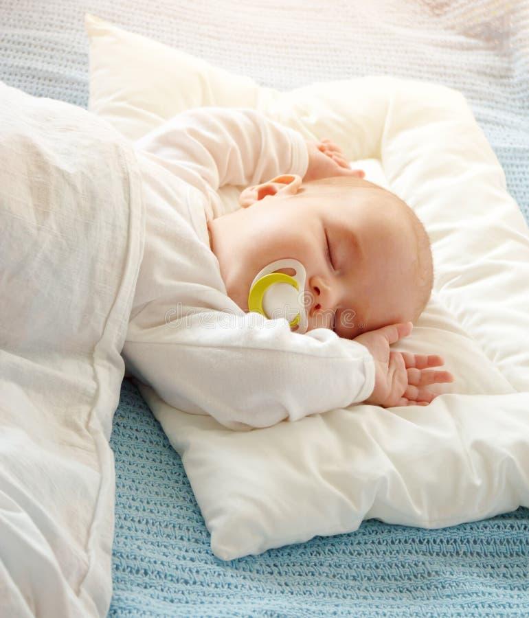 用软的白色毯子报道的婴孩睡觉 库存照片