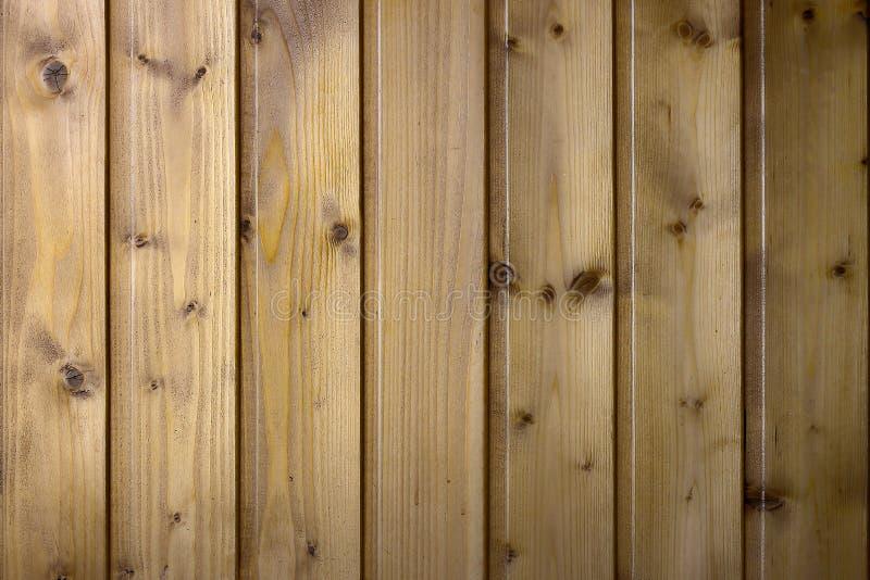 用透明亮漆报道的木板背景  免版税库存图片