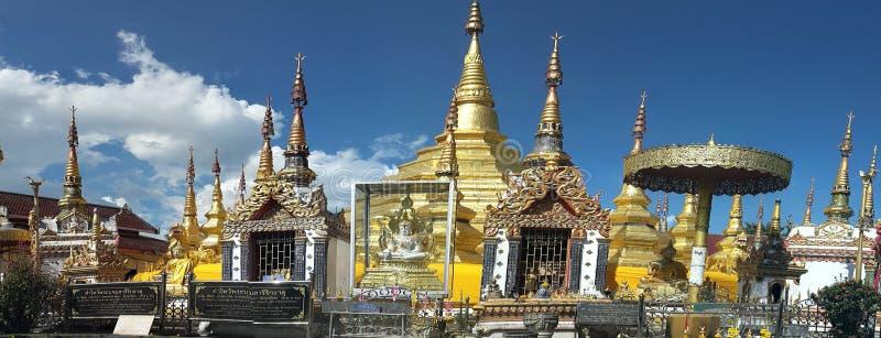 用金子盖的古老塔 Wat Phra Borom 免版税库存图片
