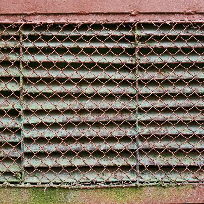 用金属格子盖的老通风井 免版税库存照片