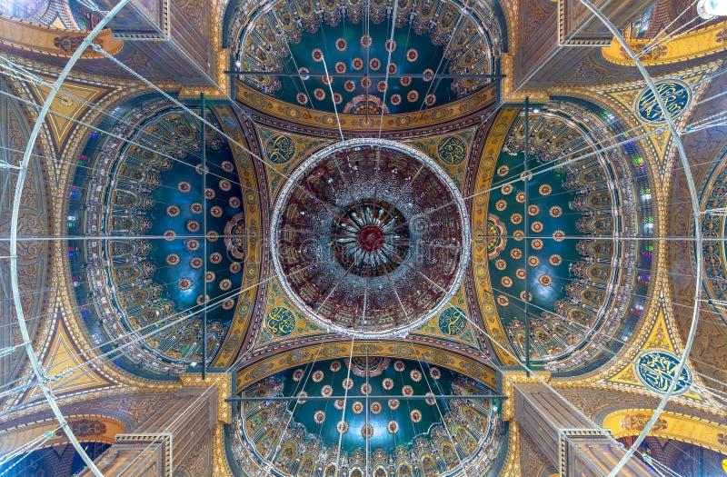 用金黄和蓝色花卉样式装饰的穆罕默德・阿里巴夏伟大的清真寺的天花板,开罗城堡在埃及 免版税库存图片