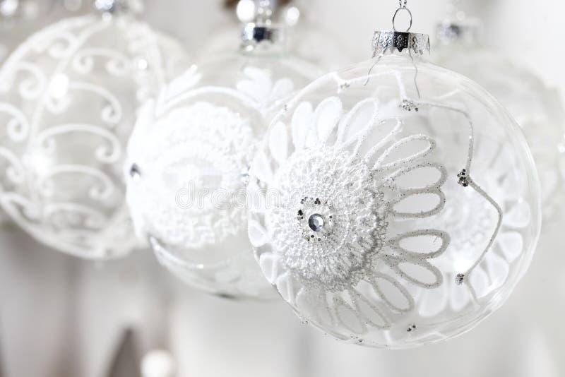 用钩针编织的花装饰的玻璃圣诞节球 免版税库存图片