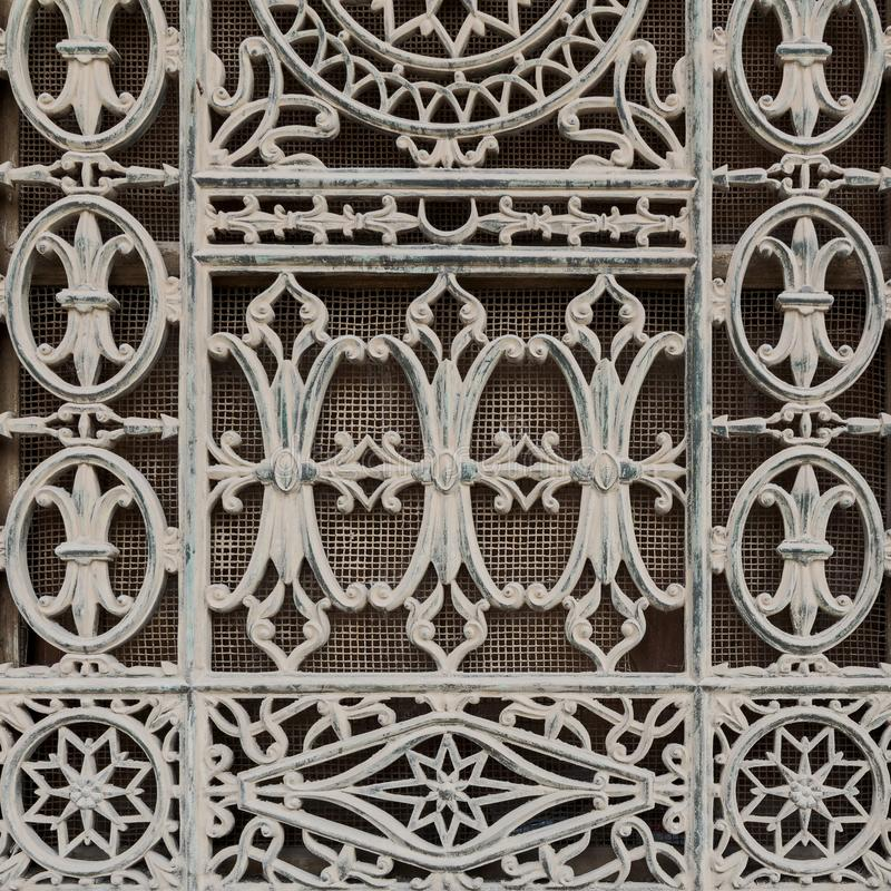 用铁花卉样式装饰的难看的东西老窗口 免版税库存图片