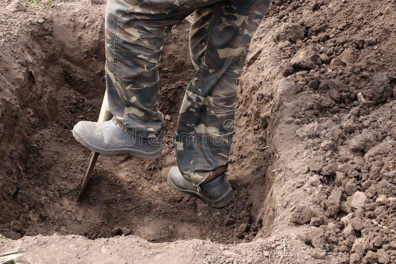 用铲子挖坑 免版税库存照片