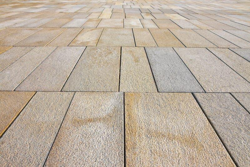 用长方形形状石块做的新铺在有宽联接的一个步行区域雨水排水设备的  库存图片
