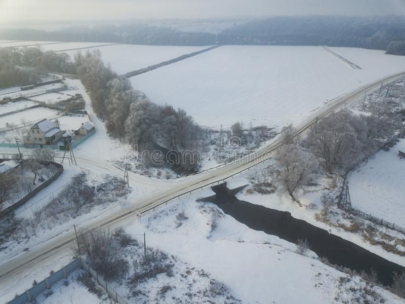 用雪和河盖的鸟瞰图森林,概略的v 免版税图库摄影