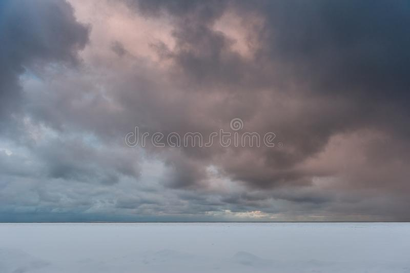 用雪和结冰的海盖的乌云 E r 免版税库存照片
