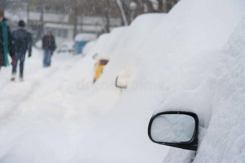用雪完全地盖的汽车 库存图片