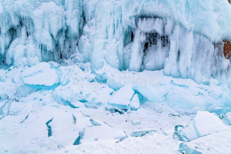 冻用雪报道的水和冰柱在Lak的岩石海岛 库存照片