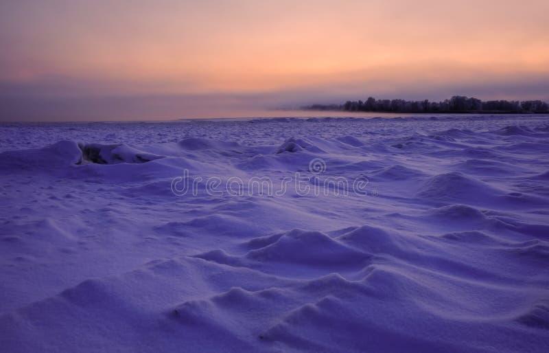 用雪盖的冻河 图库摄影
