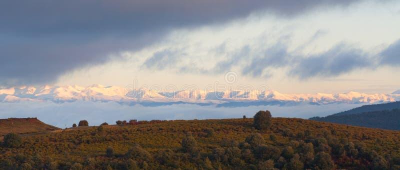 用雪盖的比利牛斯山在黎明 免版税库存照片