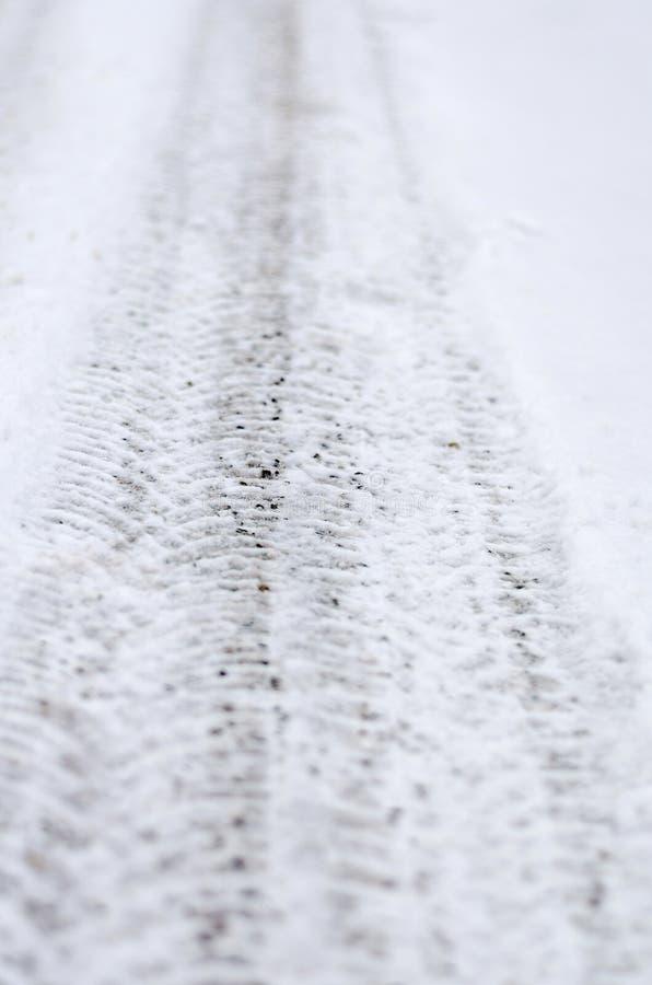 用雪盖的路在冬天季节期间 图库摄影