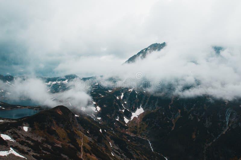 用雾盖的高山美好的全景,两蓝色 图库摄影