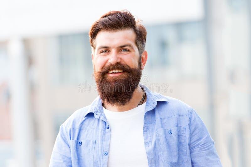 用面毛创造个人样式 行家有时髦的胡子和髭都市背景 不剃须有胡子的人 免版税库存图片