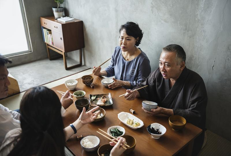 用餐与幸福一起的日本家庭 免版税图库摄影