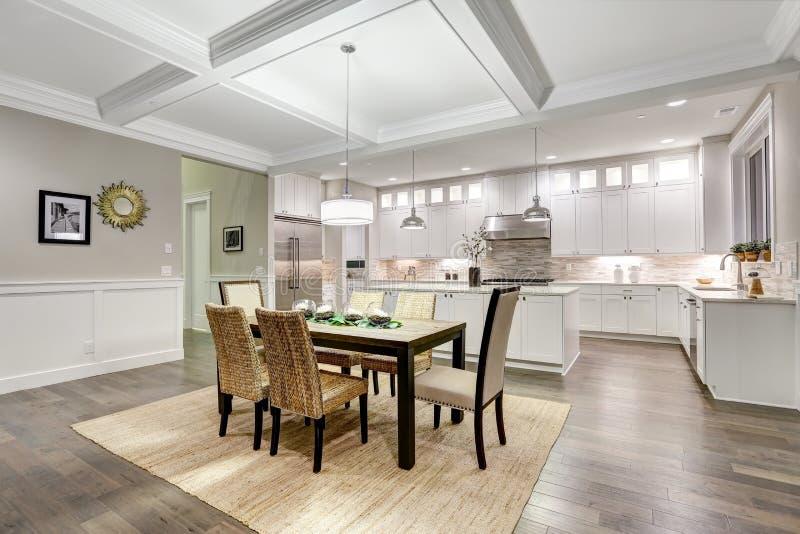 用餐与coffered cealing的可爱的工匠样式空间 免版税库存照片