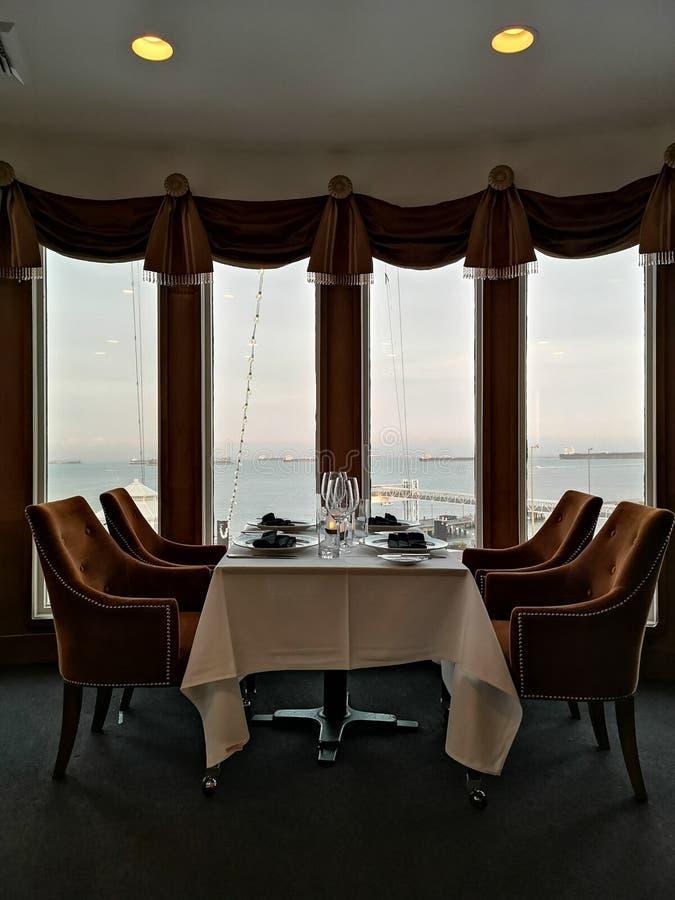 用餐在船有海景 免版税图库摄影