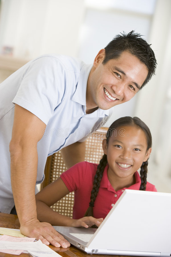 用餐女孩膝上型计算机男盥洗室年轻人