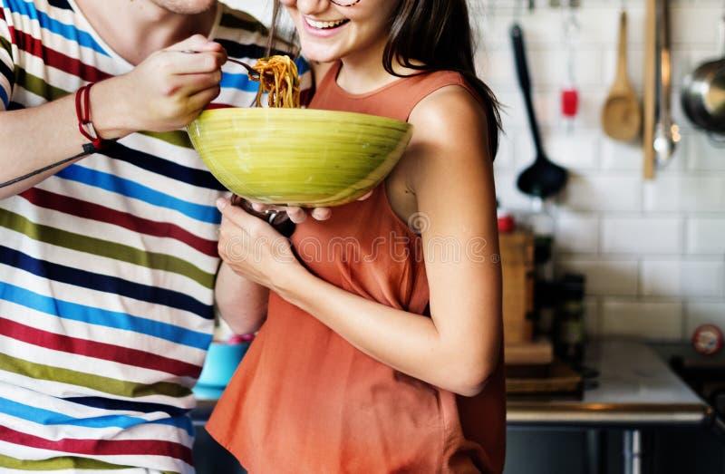 用餐概念射击的朋友&夫妇 免版税库存照片