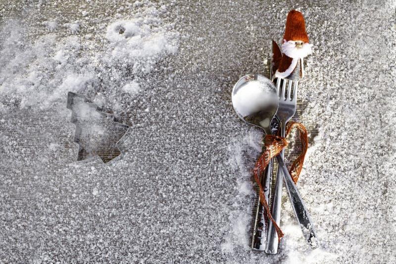 用餐概念背景的圣诞节 圣诞节桌与银器套的餐位餐具利器刀子,叉子,有圣诞老人的匙子 免版税库存照片