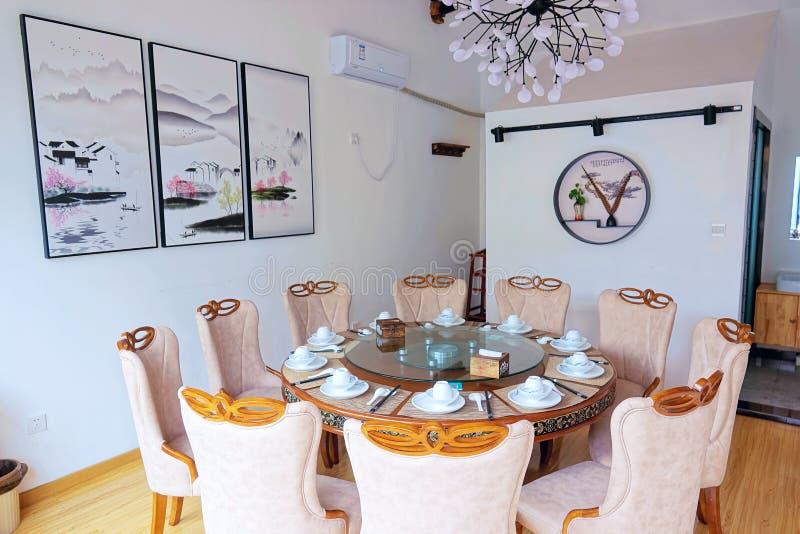 用餐玻璃空间圆桌的接近的刀叉餐具 免版税库存照片