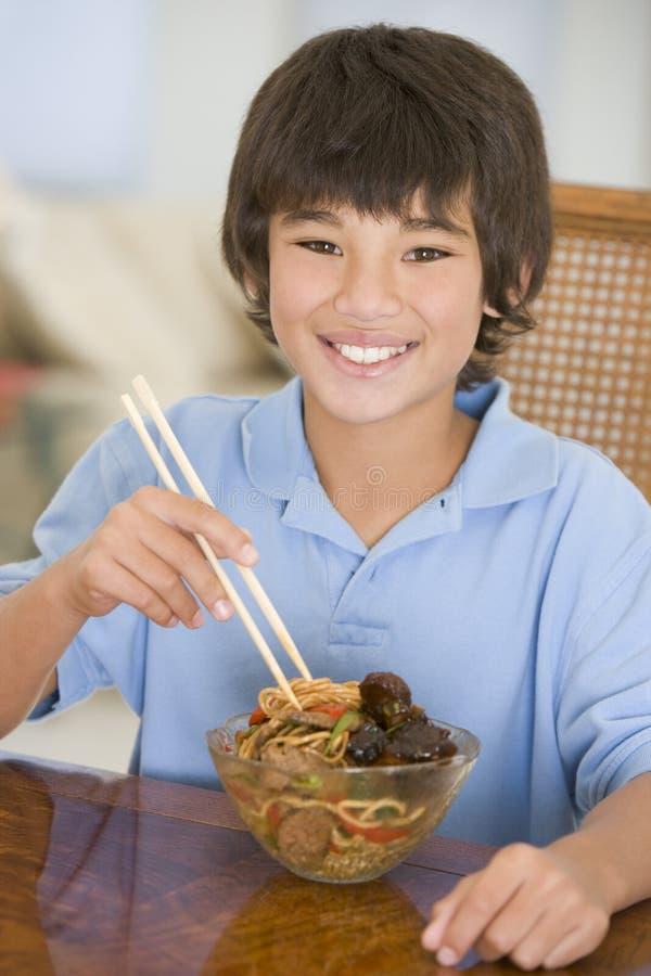 用餐男孩的汉语吃食物空间年轻人 免版税库存照片