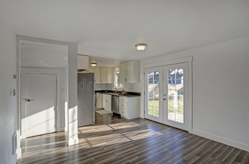 用餐空的空间 纯净的白色墙壁使屋子宽敞 免版税图库摄影