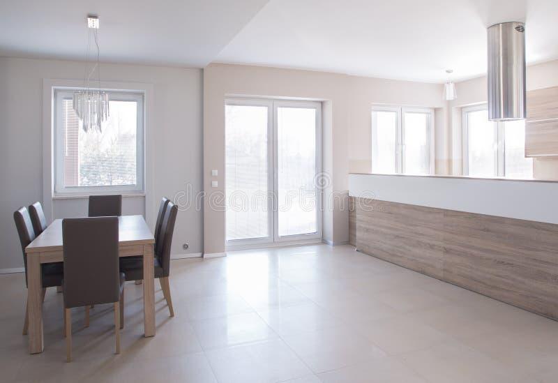 用餐空间在minimalistic房子里 库存图片