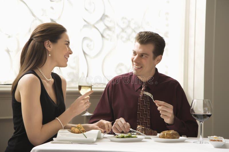 用餐餐馆的夫妇 免版税库存照片