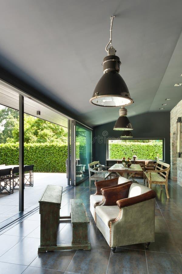 用餐玻璃空间圆桌的接近的刀叉餐具 葡萄酒家具 库存图片