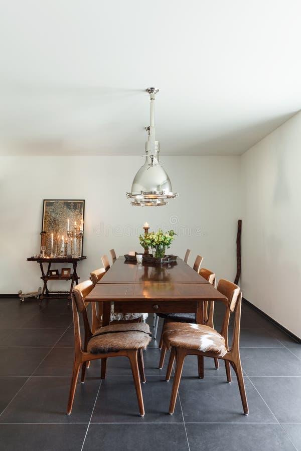 用餐玻璃空间圆桌的接近的刀叉餐具 库存图片