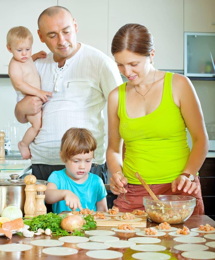 Download 用鱼充塞的四口之家制造的可口饺子 库存图片. 图片 包括有 西伯利亚, 烹调, 饺子, 食物, 兄弟, 父亲 - 59101805