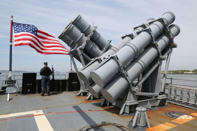 用鱼叉叉在美国海军Ticonderoga班的巡洋舰甲板的寻呼台发射器  库存图片