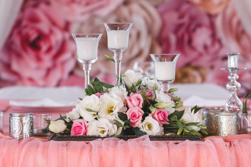 用鲜花、蜡烛和银色杯子装饰的婚礼桌 库存照片