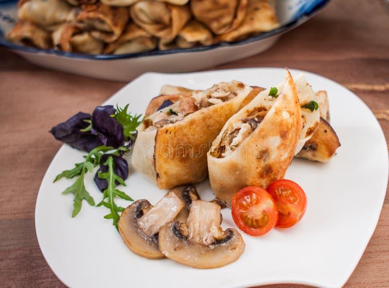 用鸡和蘑菇充塞的薄煎饼 库存图片