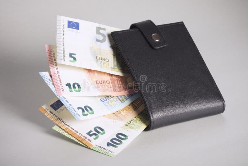 用黑钱包装欧元钞票 库存照片