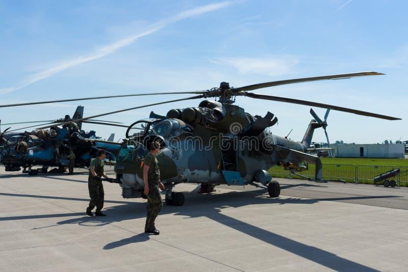 攻击用直升机以传输能力米尔后面的米-24 库存照片