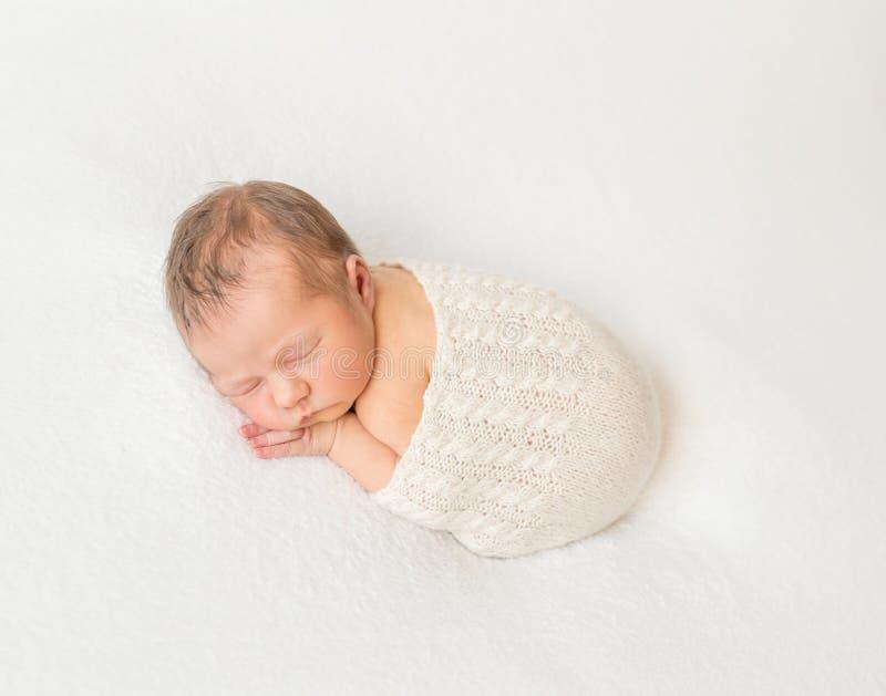 用围巾报道的可爱儿童小睡 库存图片