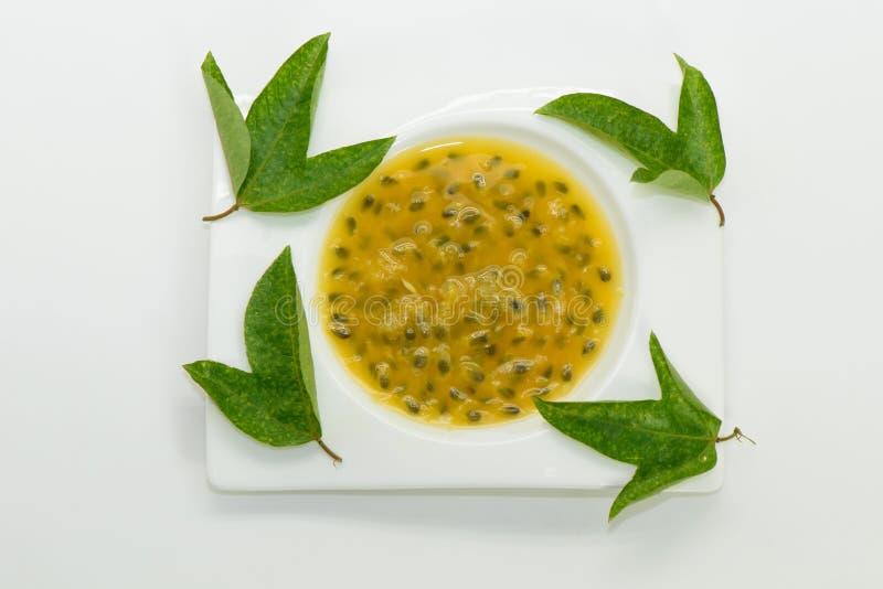 用绿色叶子装饰的西番莲果汁 图库摄影