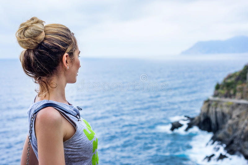 用Cinque terre意大利语里维埃拉的旅游女孩 海和山景 Cinqueterre利古里亚 免版税库存照片
