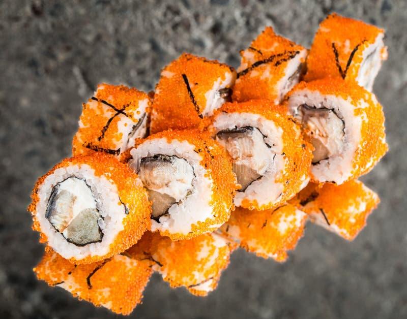用tobiko做的加利福尼亚卷,鳗鱼,乳酪 免版税库存照片