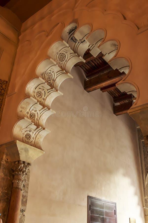 用Yeseria装饰的Aljaferia宫殿摩尔人Taifa曲拱 库存图片